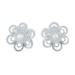 Ørepynt til bunad formet som en blomst i hvitt sølv