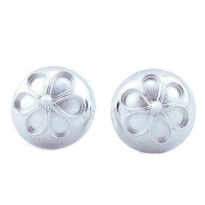 Ørepynt til bunad formet som et knapp med en blomst i midten
