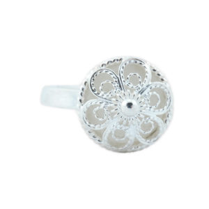 Ring til bunad i hvitt sølv med en liten blomst i skål