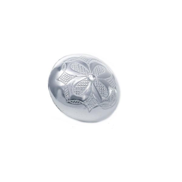 Gravert knapp stor i hvitt sølv med blomst