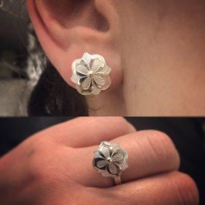 Ring m/ gravert blomst 9681