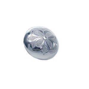 Gravert knapp stor i oksidert sølv med blomst