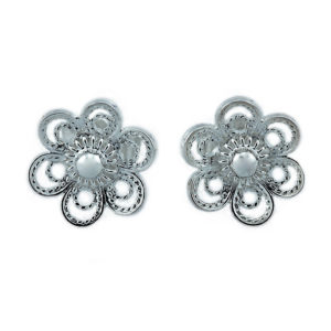 Ørepynt til bunad formet som en blomst i oksidert sølv