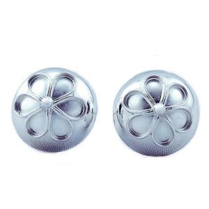 Ørepynt til bunad, utformet som en liten knapp med en blomst i midten